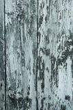 Abstrakt träbakgrund med sprickor på den blåa målarfärgen, vertikal ram Arkivfoto