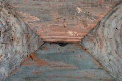 Abstrakt trägrungebakgrundstextur av rosenträt i geometriska former, på den nedersta yttersidan av blått målar skilsmässa Fotografering för Bildbyråer