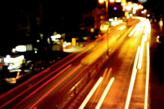 abstrakt trans. för rörelsesuddighet på vägen i natten Arkivfoton
