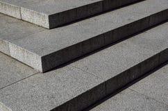 Abstrakt trappa, abstrakt begreppmoment, trappa i staden, granittrappa, bred stentrappa som ses ofta på monument och Royaltyfri Foto