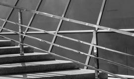 Abstrakt trappa och Chrome sidoräcke Arkivbilder
