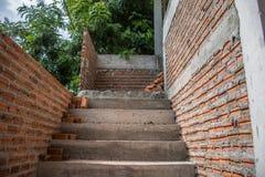 Abstrakt trappa och tegelstenvägg under konstruktion Arkivfoton