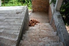 Abstrakt trappa och tegelstenvägg under konstruktion Arkivbilder