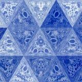 Abstrakt triangelbakgrund i djupblå signaler med effekt av genomskinlig målat glass Royaltyfria Bilder