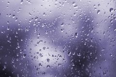 Abstrakt ultraviolett bakgrund, textur av regn tappar på exponeringsglas Arkivfoto