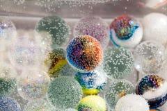 Abstrakt undervattens- sammansättning med färgrika glass bollar Royaltyfria Bilder