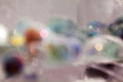 Abstrakt undervattens- sammansättning med färgrika glass bollar Arkivfoto