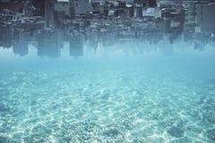 Abstrakt uppochnervänd vattenstadsbakgrund royaltyfri foto