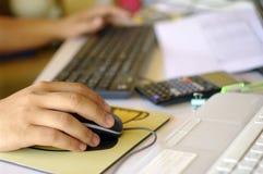 Abstrakt upptagen funktionsduglig skrivbordhand och tangentbord Arkivfoton