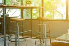 Abstrakt utrymme för kaffetid i morgonen med den ganska effekten för den strålljus och linsen tonar Arkivbild