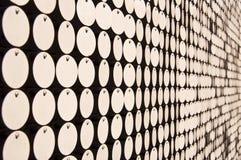 Abstrakt vägg med vita prickar Arkivfoto
