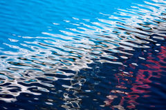 Abstrakt vågvattenbakgrund med ljusa färglappar av ligh Royaltyfri Bild