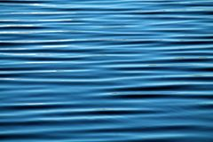 Abstrakt vattenbakgrund med långa parallella vågor Royaltyfria Bilder