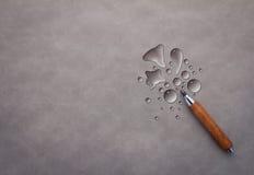 Abstrakt vattendroppe med träblyertspennan på grå bakgrund jpg Royaltyfri Bild