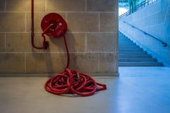 Abstrakt vermelho longo do hosepipe do quartel dos bombeiros imagem de stock royalty free