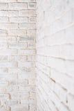 Abstrakt vertikal vit bakgrund Hörnet av tegelstenväggen Royaltyfri Fotografi