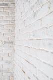 Abstrakt vertikal vit bakgrund Hörnet av tegelstenväggen Arkivfoto