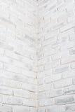 Abstrakt vertikal vit bakgrund Hörnet av tegelstenväggen Arkivbilder