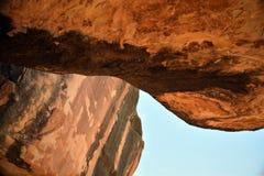 Abstrakt vinkel av röda och svarta agains för stenöverhänguppsättning blen Fotografering för Bildbyråer