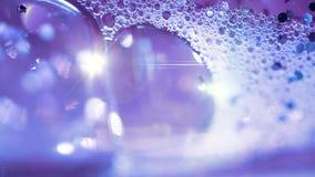 Abstrakt violett vatten med bubblor och lense blossar lager videofilmer