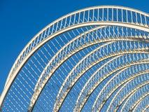 Abstrakt vit arkitektur och blå himmel Arkivfoto