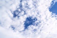 Abstrakt vit bakgrund för molnig och blå himmel Arkivbilder