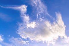 Abstrakt vit bakgrund för molnig och blå himmel Royaltyfri Fotografi