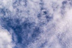 Abstrakt vit bakgrund för molnig och blå himmel Arkivbild