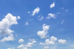Abstrakt vit fördunklar på klar bakgrund för blå himmel Royaltyfri Fotografi