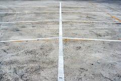 Abstrakt vit och gula linjer av tomma parkeringsplatser Royaltyfri Bild