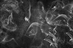 Abstrakt vit rök och sprej av vatten på en svart bakgrund B Arkivfoton
