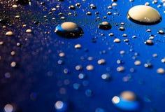 Abstrakt wody krople na iluminującym ekranie Zdjęcie Stock