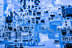 Abstrakt, zakończenie up przy elektronicznymi obwodami, widziimy technologię mainboard który jest znacząco tłem comput, obraz royalty free