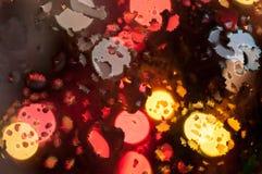 Abstrakt zamazywał kolorowi światła w bokeh Bożenarodzeniowym tle na wodzie Zdjęcie Stock