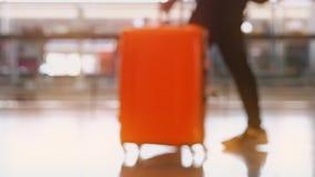 Abstrakt zamazywał niskiego kąta widok pasażery chodzi w lotnisku z pomarańczowym światłem słonecznym zbiory