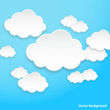 Abstrakta anförandebubblor i formen av moln som används i en samkväm, knyter kontakt på ljus - blå bakgrund Arkivfoto
