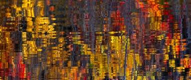 Abstrakta Autumn Leaves Water Reflection arkivbild