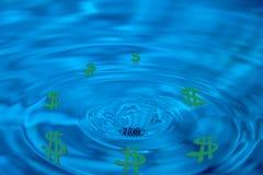Abstrakta avrinningpengar, konkurs, gröna dollar Royaltyfri Foto