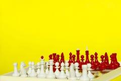 Abstrakta Barwionego tła - Czerwone I Białe Szachowe postacie Nad Żółtym tłem Obraz Stock