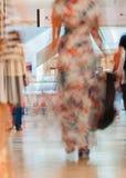 Abstrakta defocused suddiga ungdomarför rörelse som går i köpcentret Härligt diagram av en flickanärbild Arkivbild