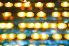 Abstrakta erbjudande stearinljusflammor för klosterbroder i defocused flickerin arkivfoto