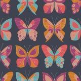 Abstrakta färgrika fjärilar på sömlös modell för mörk grå bakgrundsvektor Djärv och ljus Insecets elegant textur stock illustrationer