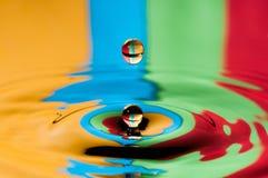 Abstrakta färgrika vattensmå droppar för bakgrund som två pladask gör Royaltyfria Foton