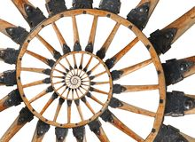 Abstrakta furgonu działa koła czerni metalu wsporników ślimakowaci drewniani nity Koło szprych fractal drewniany tło Koński pojaz Zdjęcia Stock