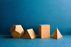 Abstrakta geometriska diagram Rektangulära objekt för tredimensionell kub för dodecahedronpyramidtetrahedron på blått Arkivfoton