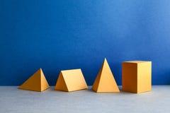 Abstrakta geometriska diagram Rektangulära objekt för tredimensionell pyramidtetrahedronkub på bakgrund för blåa grå färger Arkivfoton