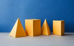 Abstrakta geometriska diagram Rektangulära objekt för tredimensionell pyramidtetrahedronkub på bakgrund för blåa grå färger royaltyfri bild
