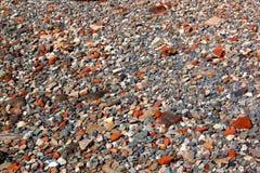 Abstrakta Grey Stones och röda Clay Brick Pieces Arkivbild