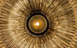 Abstrakta guld- strålar som sänder ut från mitten Royaltyfri Foto