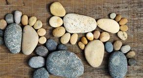 Abstrakta gulliga kiselstenar, fotspår från stenblocket Arkivfoton